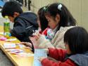 試合中子どもたちは折り紙遊び