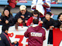 試合後、応援席へ駆けつける選手たち