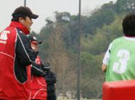 叫ぶ古田コーチ