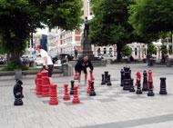 広場ではチェスを