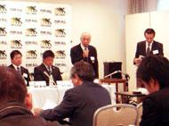 左から藤井監督、永下主将、萩野さん、永野さん