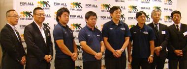 左から、南トップリーグ事業部門長、永下主将、藤井監督、平田監督、斉藤副主将、徳田会長、日野理事長
