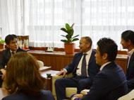 左から貞苅副市長、エディ・ジョーンズHC、中澤ジュリアさん、廣瀬選手