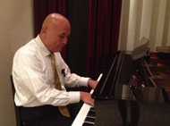 ピアノを弾く城戸先生